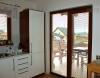 Reference dřevostavby na klíč - z prostoru kuchyně lze vstoupit na krytou terasu